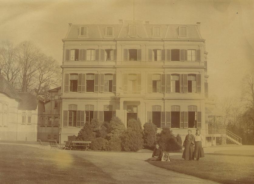 Het hoofdgebouw van het sanatorium Oranje Nassau`s Oord