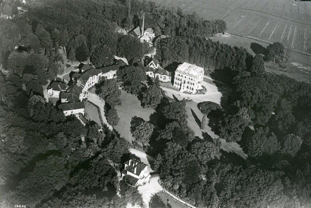 Geheel onder de woning van de geneesheer- directeur en rechts boven het voormalige paleis hier hoofdgebouw van ONO