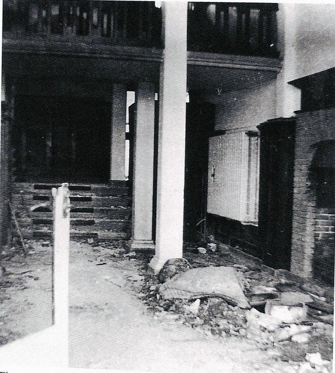 Hal van het hotel na de gevechtshandelingen van 1944.