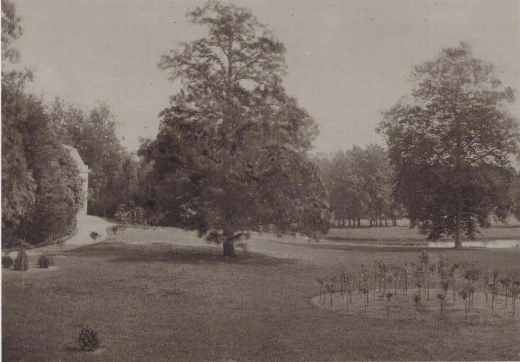 De visvijver van Willem II met geheel links de zuidelijke hoek van het koetshuis.