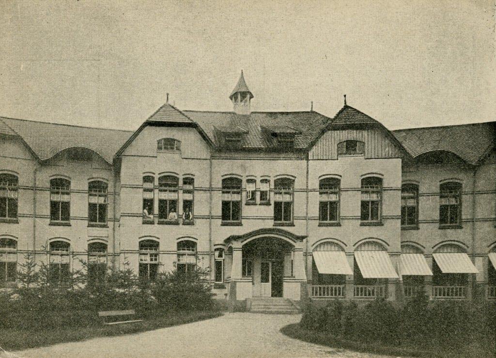 Rechts van het afgebeelde gebouw op bovenstaande afbeelding komen we bij het bordes dat voert naar de ingang van de tweede klasse.