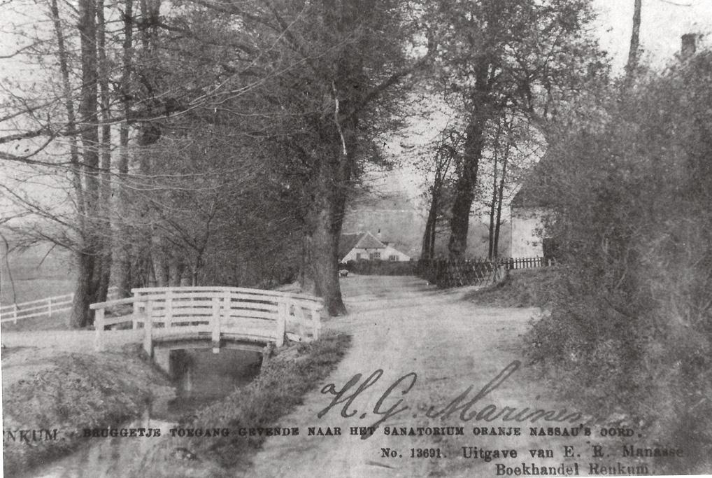 De fotograaf staat op Onder de Bomen. Naar links, over het bruggetje, Kortenburg of de Grunsfoortse Dijk. Naar rechts de Nieuweweg en rechtdoor de Beukenlaan.