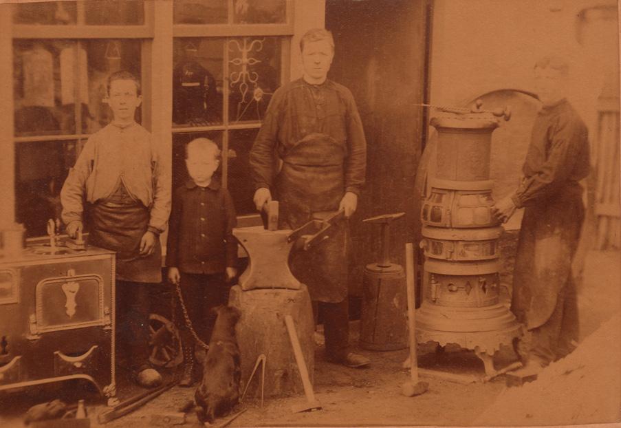 De jonge smid Hendrikus H. Roest in zijn smederij aan de Dorpsstraat
