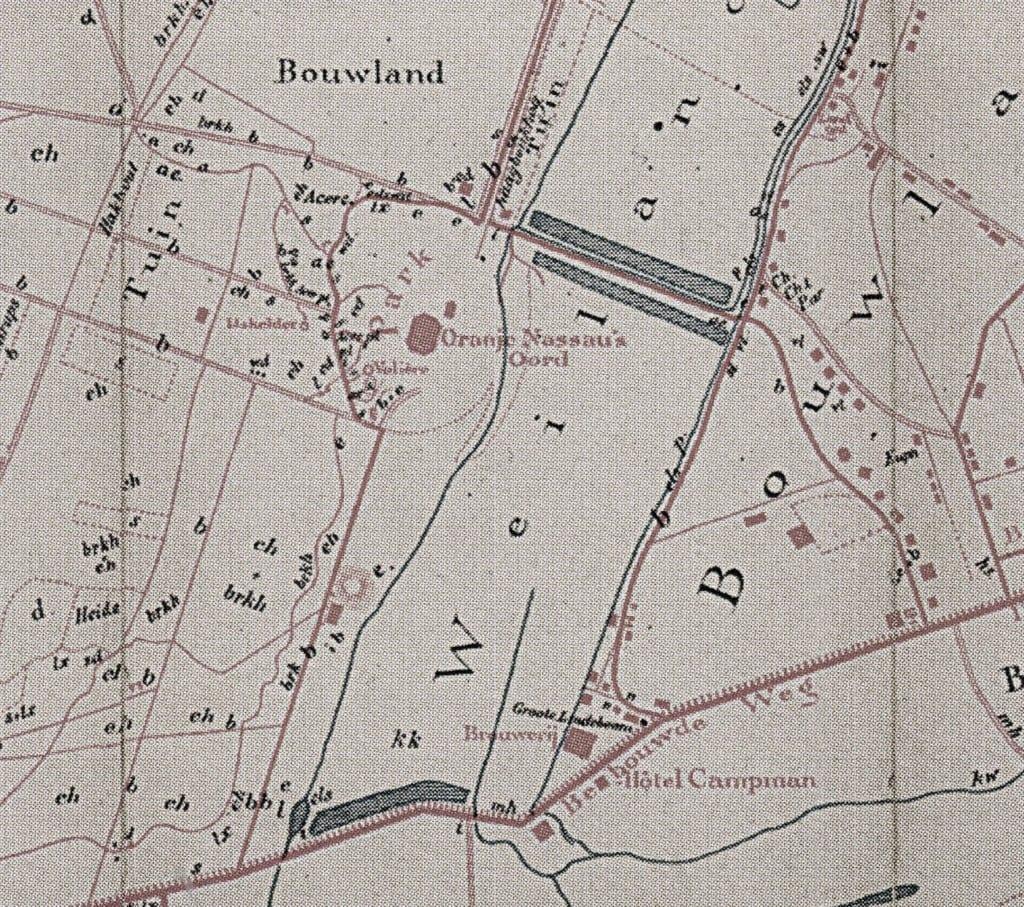 """De volière, de visvijver en de waterval bevonden zich op de plek in de beek onder het woord """"Oranje"""". De visvijver staat op de kaart van 1891 van Bos niet aangegeven ofschoon deze vijver rond 1882 werd aangelegd als onderdeel van het tuinontwerp van L. Zocher."""