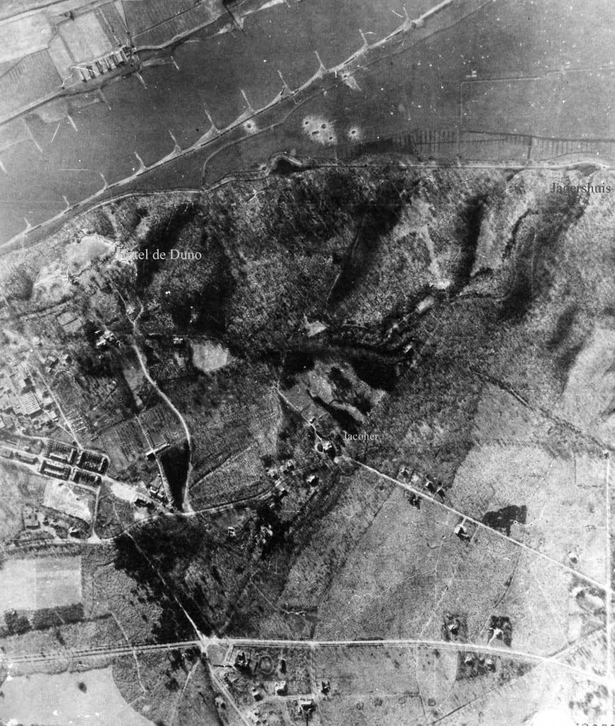 Luchtfoto maart 1945 van het gebied rond de villa Jacoher. Rechtsboven de plek waar het Jagershuis stond.