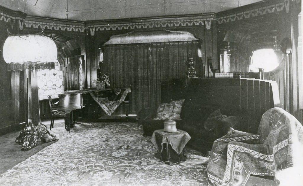 De vleugel in de muziekkamer van het Jagershuis.