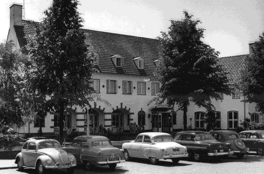 """Hotel- restaurant """"De witte Holevoet"""", te Scherpenzeel in de jaren `50."""