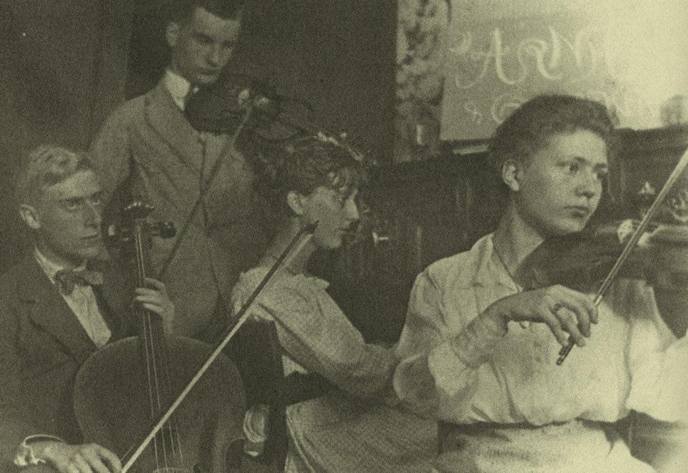 Het kwartet Arnhem en Omstreken. V.l.n.r. Mauk Escher, Bas Kist, Roosje Ingen Housz en Conny Umbgrove. Foto collectie Museum Escher in het Paleis, Den Haag