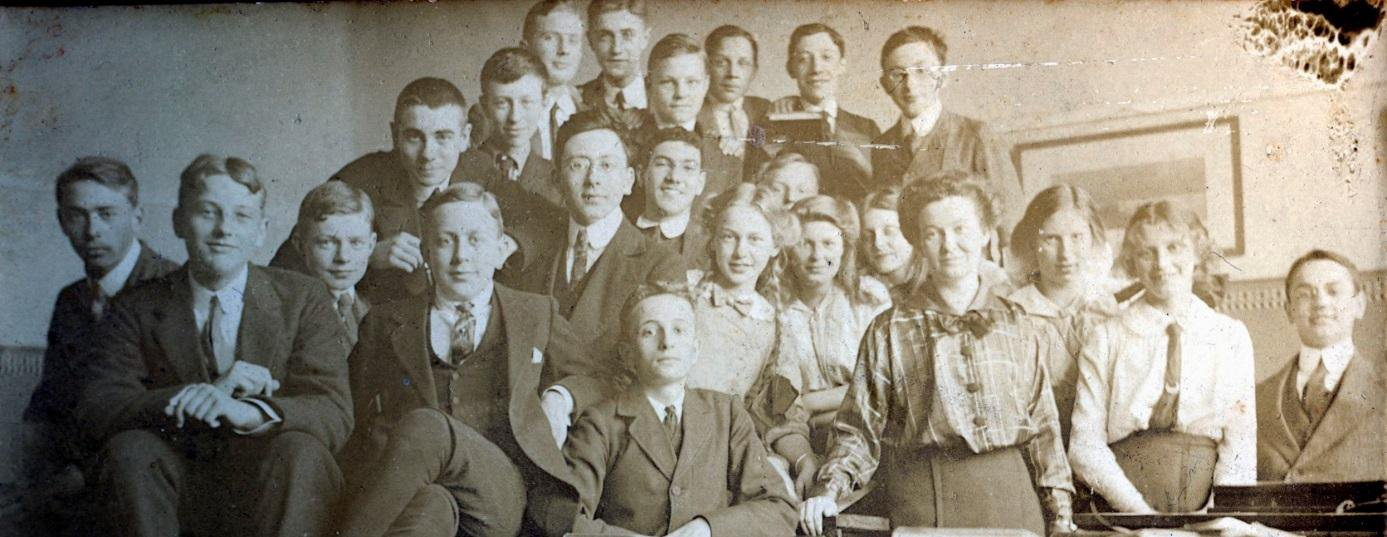 Geheel achteraan, tweede van links Mauk Escher. Vooraan de biologielerares Lotje Meyers met links daarachter Conny Umbgrove en Roosje Ingen Housz. Foto collectie Museum Escher in het Paleis, Den Haag
