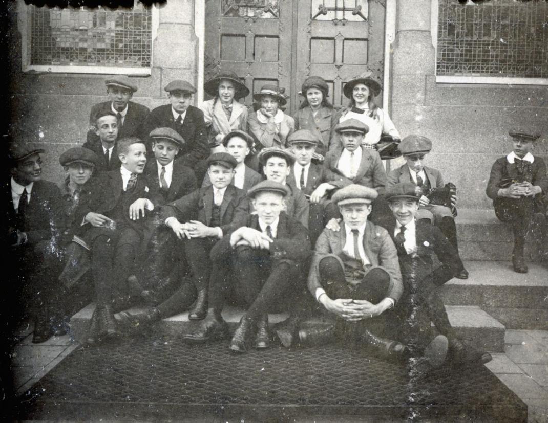 Op de stoep van de Gemeentelijke HBS aan de Schoolstraat Arnhem: tweede rij, rechts met camera, Mauk Escher met achteraan rechts Conny Umbgrove en Roosje Ingen Housz. Foto collectie Museum Escher in het Paleis, Den Haag